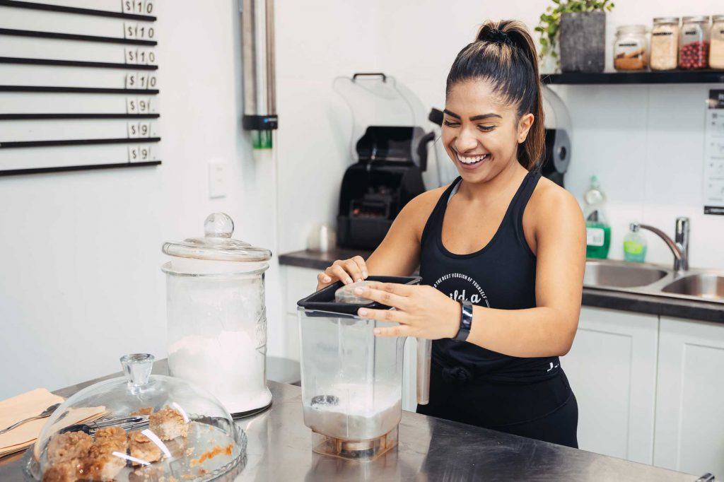 Personal trainer making a healthy smoothie
